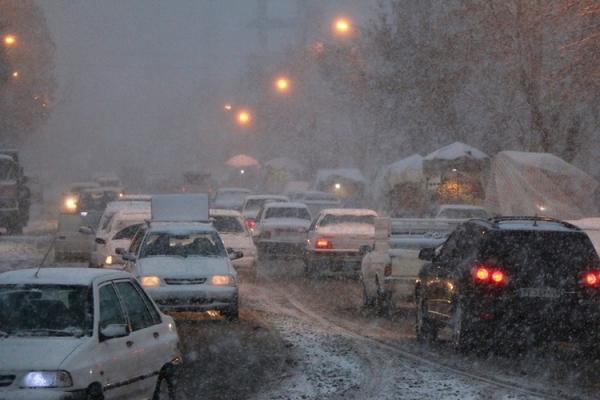 برف و یخبندان خودرو ها را در خیابان های اردبیل زمین گیر کرد